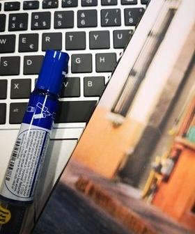 Bilde av bok, tusj og pc