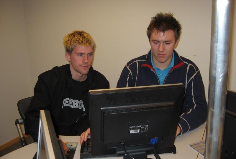to unge menn framfor ein pc