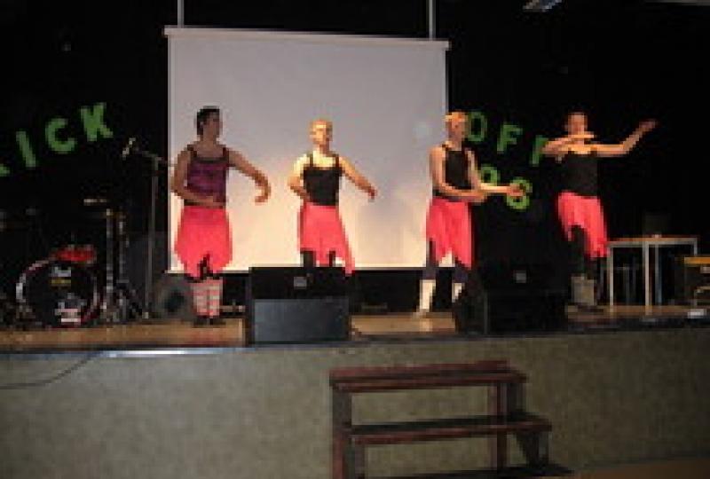 fire gutar som dansar